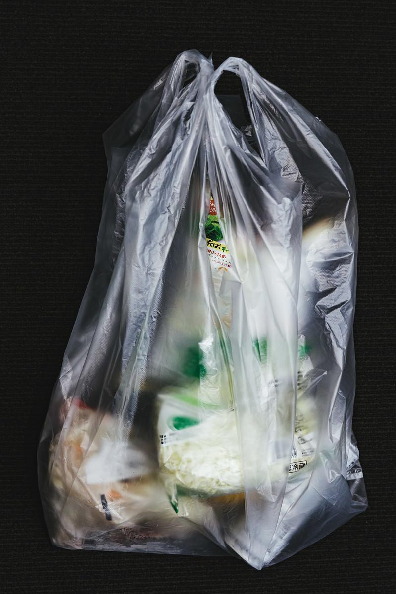「ビニール袋に入った食料品」の写真