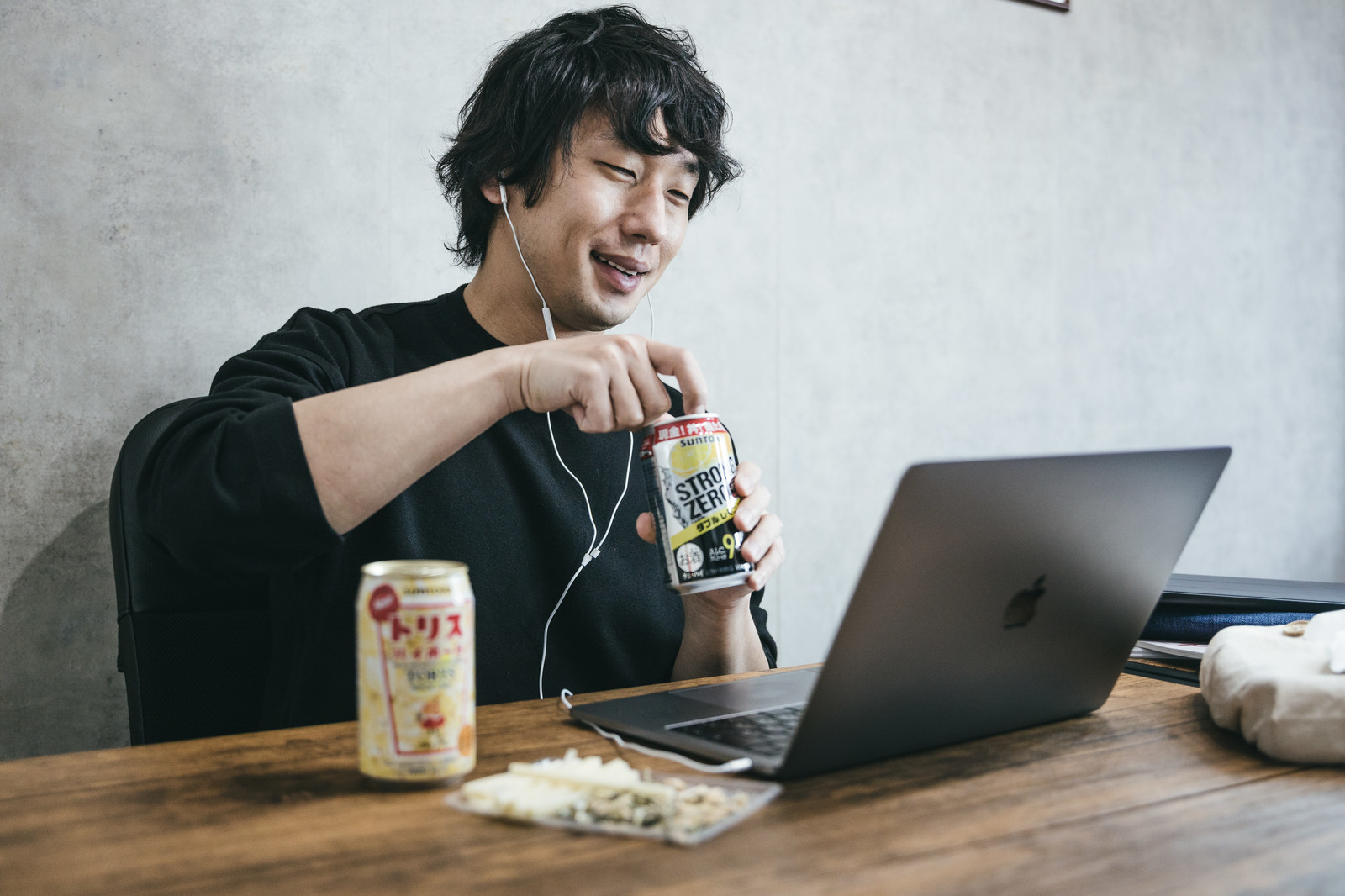 「リモート飲みで表情が明るい男性エンジニア」の写真[モデル:大川竜弥]