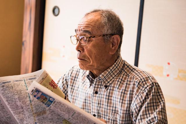 新聞を読むじっちゃんの写真