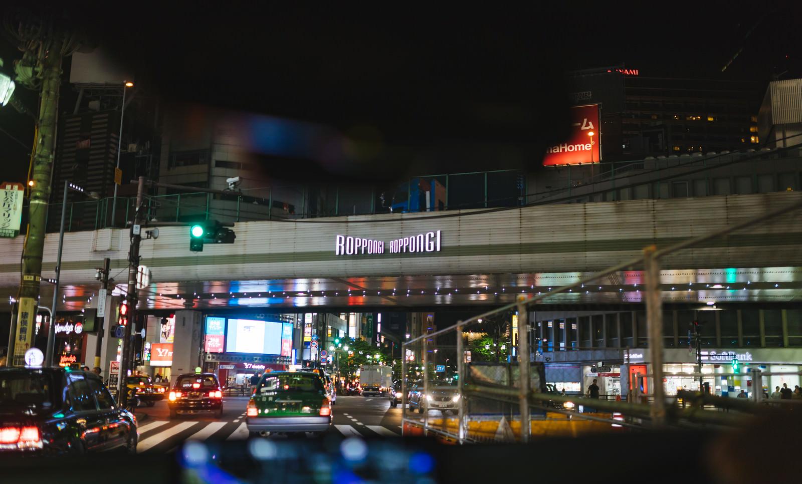 「夜の六本木交差点(車内から)」の写真