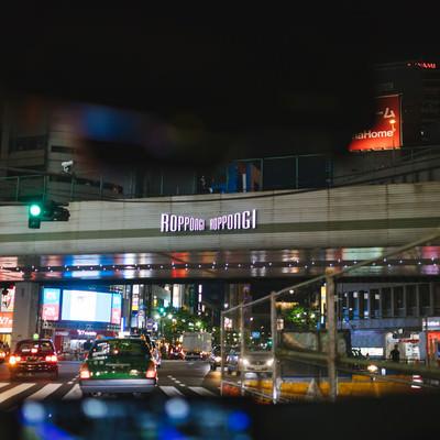 夜の六本木交差点(車内から)の写真