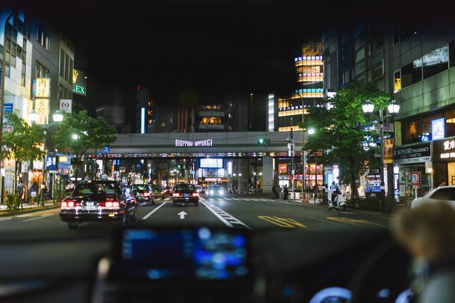 タクシーが往来する六本木交差点付近(車内から)の写真