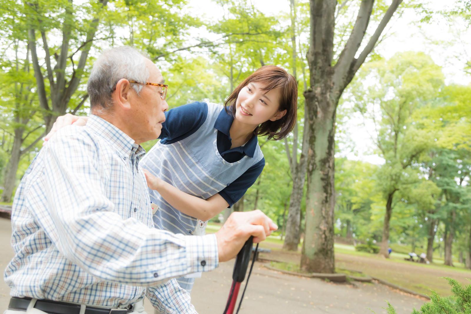 「疲れた様子のお爺さんを心配する介護士の女性疲れた様子のお爺さんを心配する介護士の女性」[モデル:まーちゃん yumiko]のフリー写真素材を拡大
