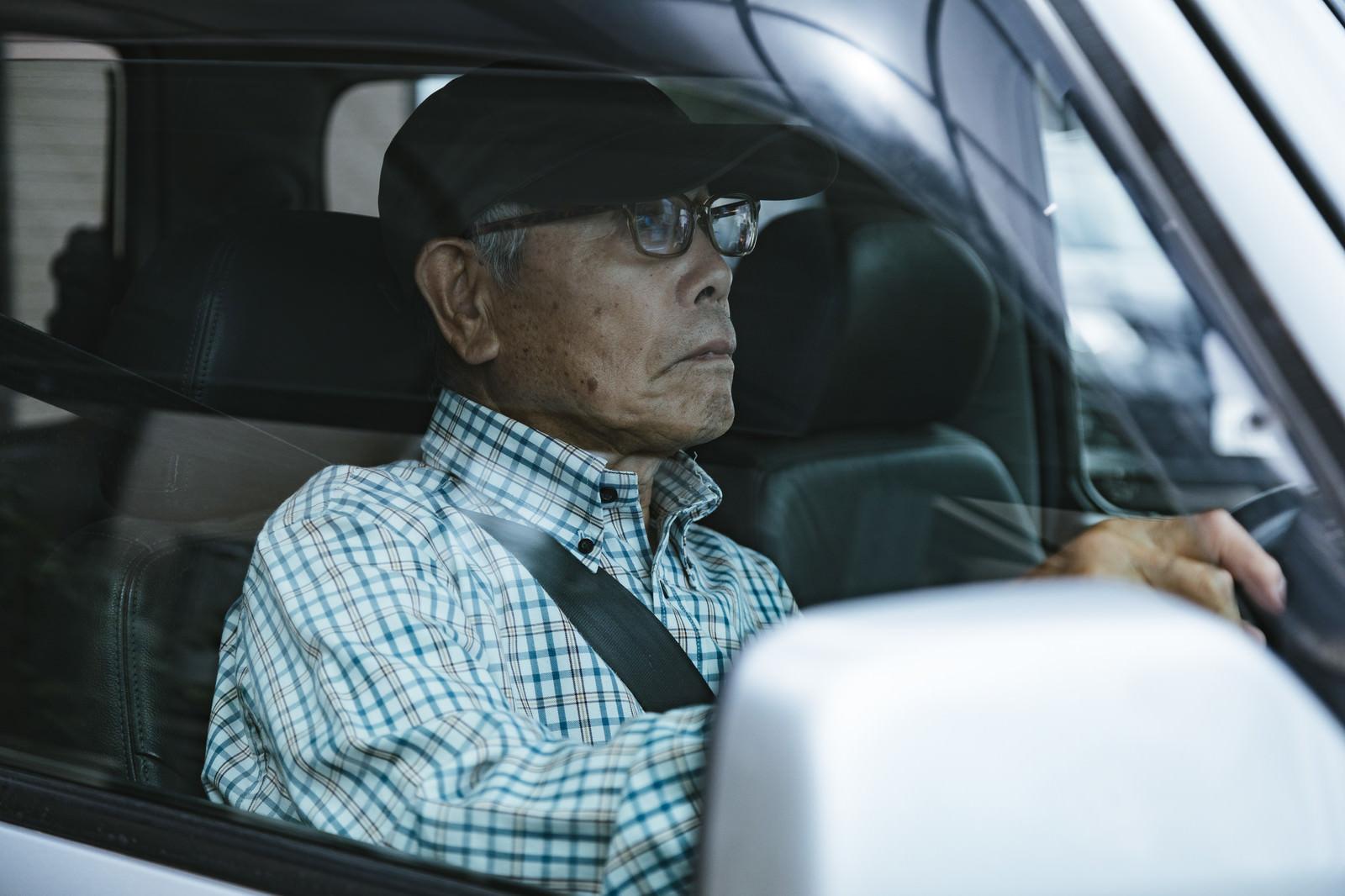 「車を運転する高齢者(86)」の写真[モデル:まーちゃん]