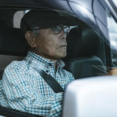 車を運転する高齢者(86)の写真