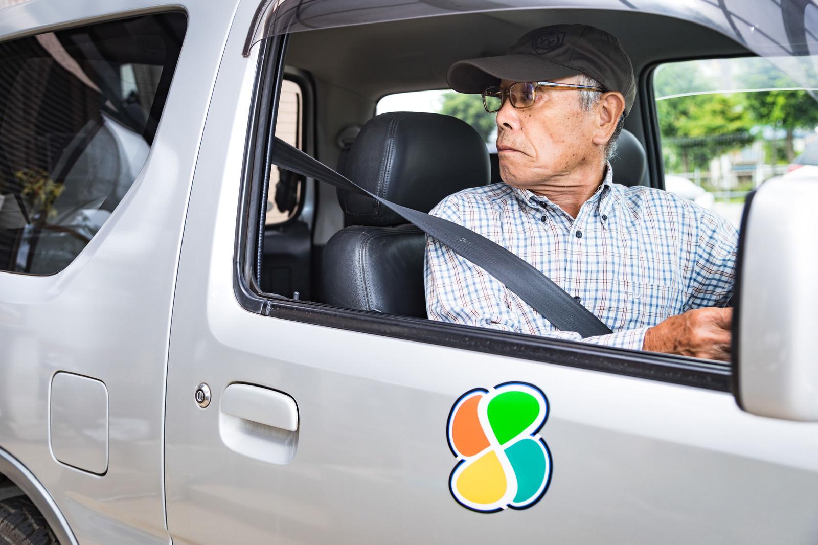 「駐車スペースにバックする高齢者」の写真[モデル:まーちゃん]