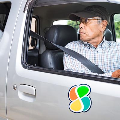 駐車スペースにバックする高齢者の写真