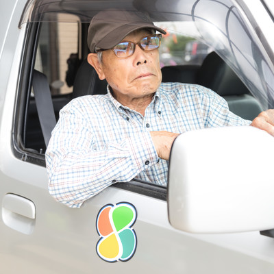 なかなか前が進まなくてイライラする運転席のお爺さんの写真