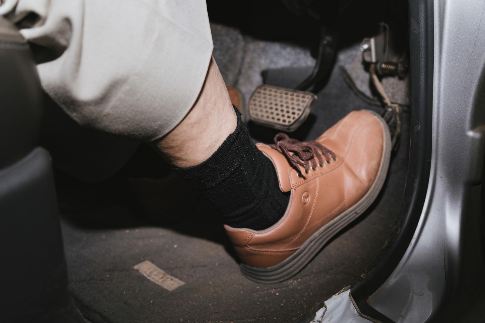 「アクセルペダルを踏む高齢者の足元」の写真[モデル:まーちゃん]