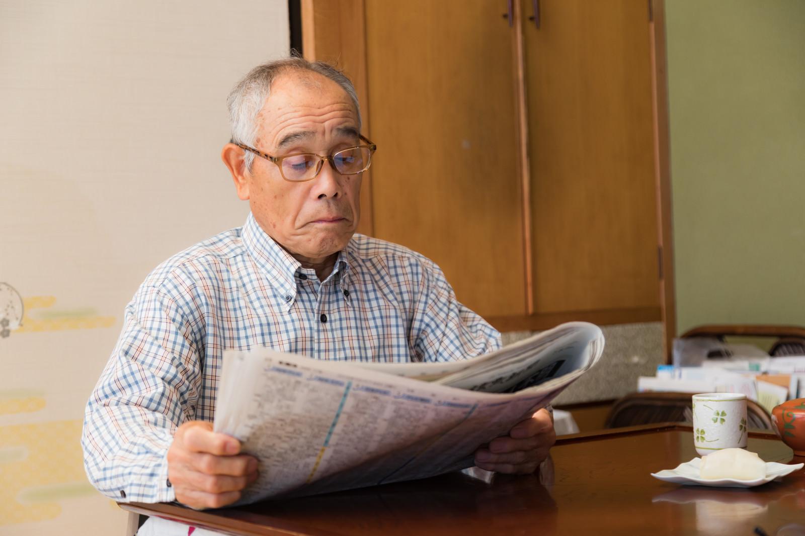 「朝刊に目を通すお爺さん」の写真[モデル:まーちゃん]