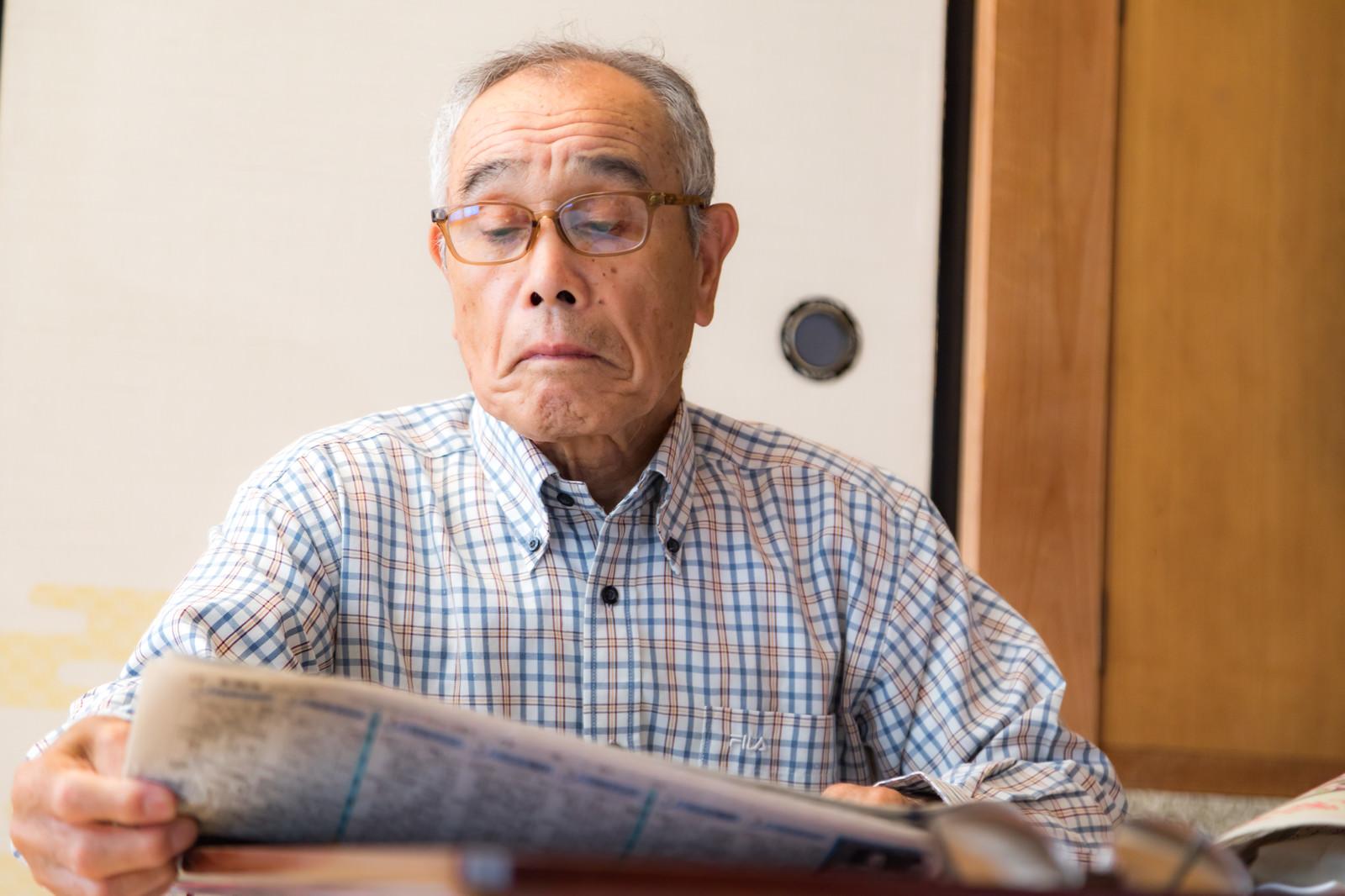 「お爺さんの情報収集は新聞です」の写真[モデル:まーちゃん]