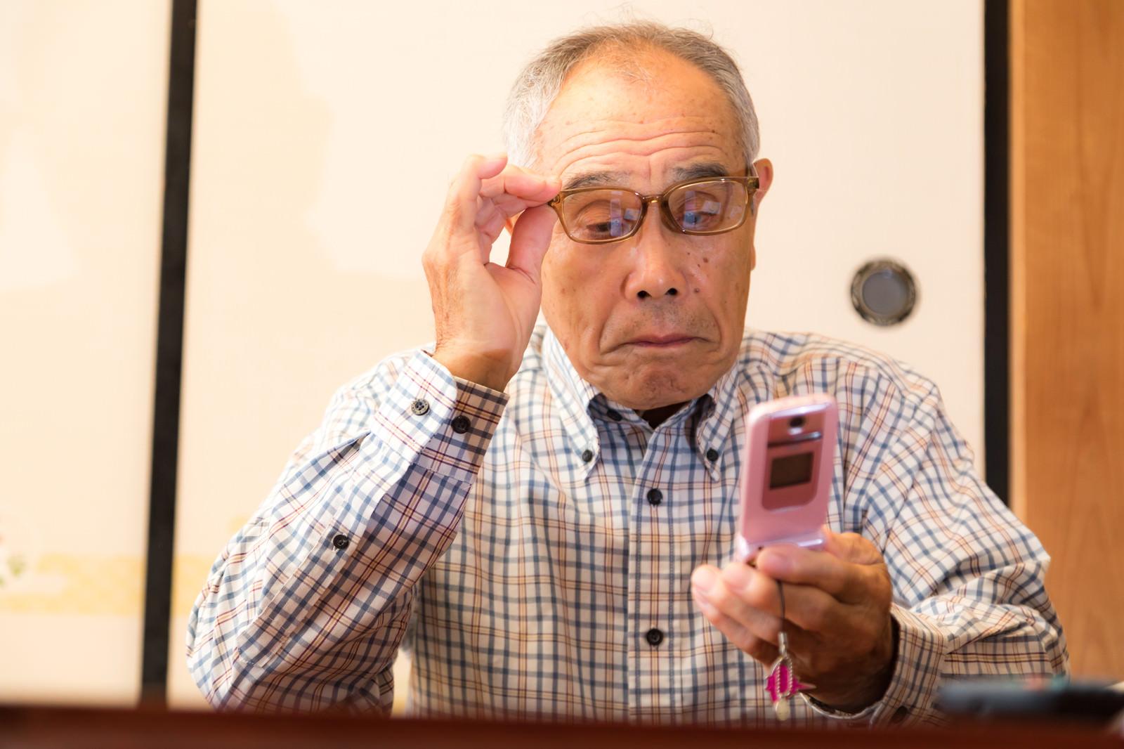 「高額請求のメールが届いて目を疑うお爺さん」の写真[モデル:まーちゃん]