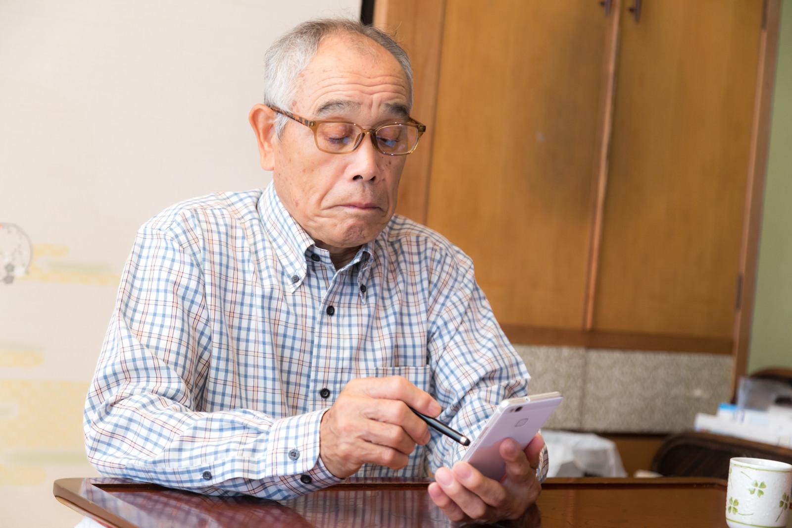 「スマートフォンを使い始めた高齢者」の写真[モデル:まーちゃん]