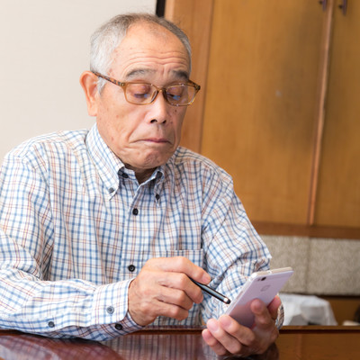 スマートフォンを使い始めた高齢者の写真