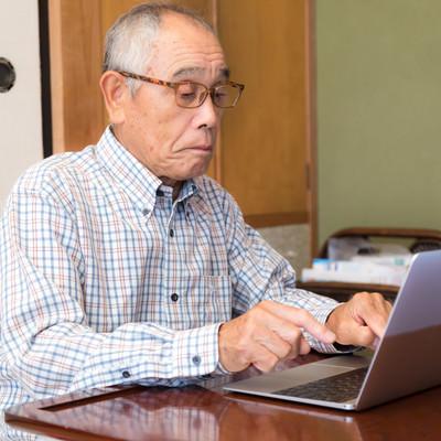 MacBook でブログを書くお爺さんの様子の写真