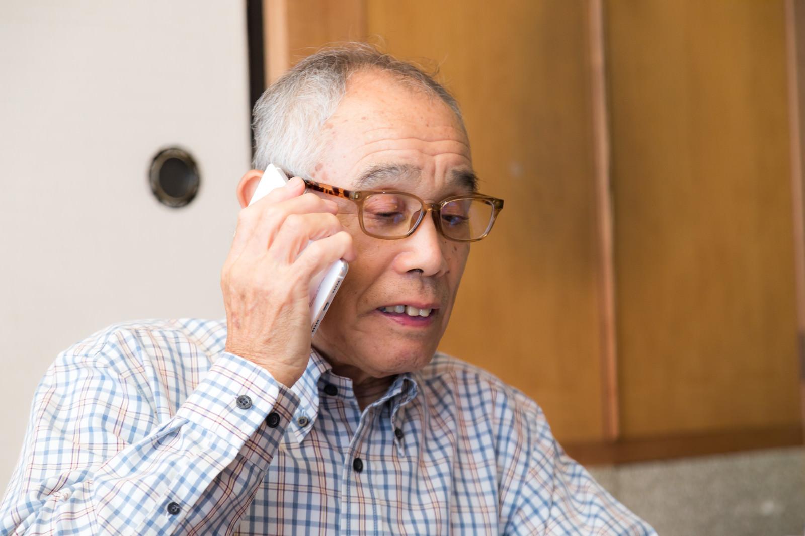 「電話に出るじっちゃん」の写真[モデル:まーちゃん]