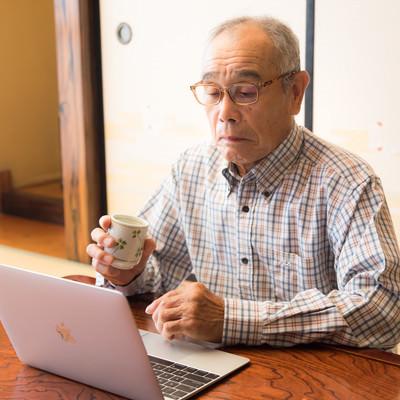 ネットで動画を視聴する茶の間お爺さんの写真