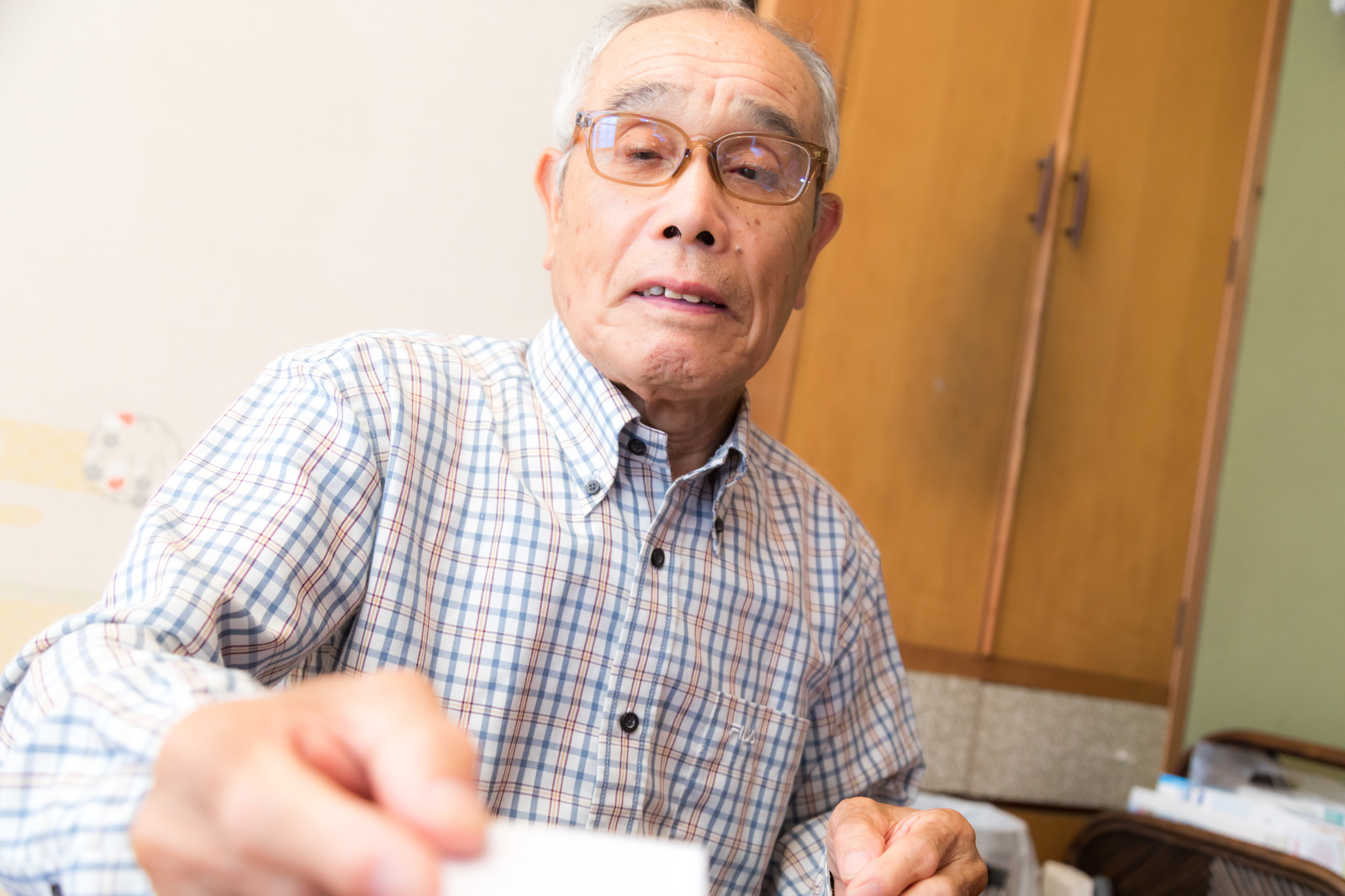 「お年玉を手渡すおじいさん」の写真[モデル:まーちゃん]
