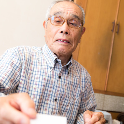 お年玉を手渡すおじいさんの写真
