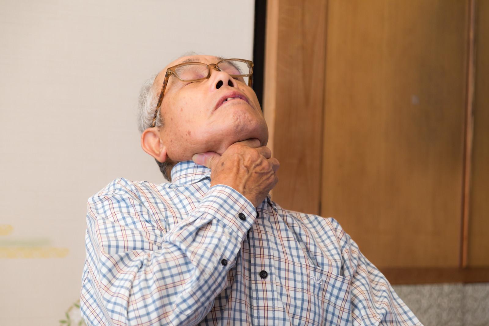 「誤飲して喉に詰まって息ができない老人」の写真[モデル:まーちゃん]