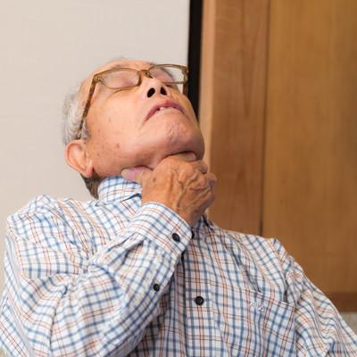 誤飲して喉に詰まって息ができない老人の写真