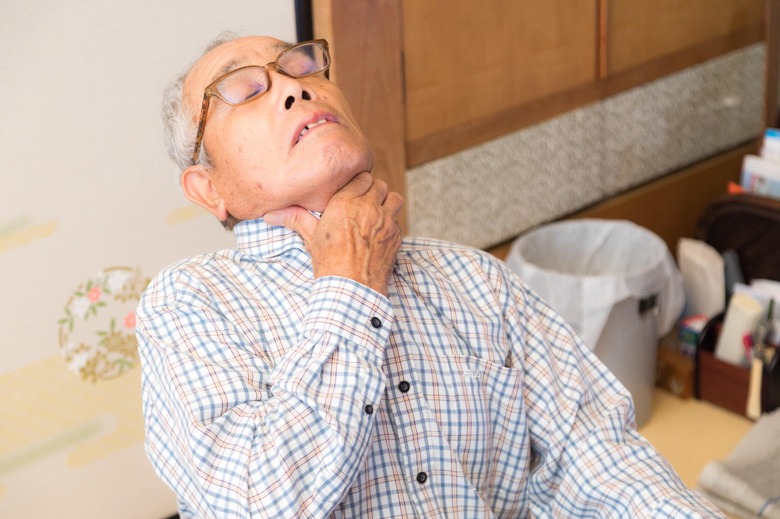 「誤飲して喉に詰まって苦しむ高齢者」の写真[モデル:まーちゃん]