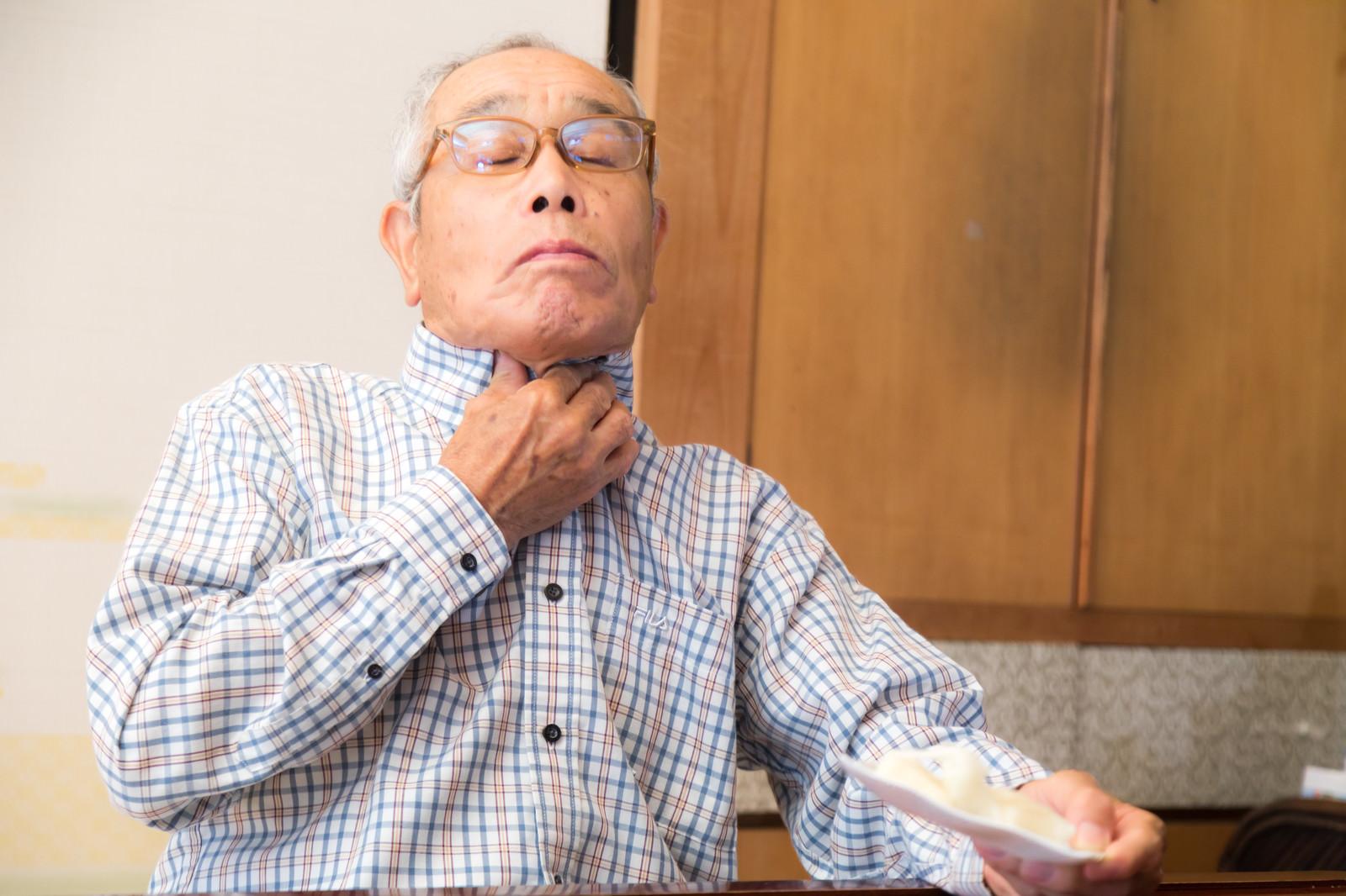 「誤って飲み込んでしまい窒息寸前の高齢者」の写真[モデル:まーちゃん]