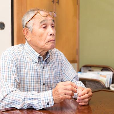 眼鏡をかけ忘れて何も見えてないお爺さんの写真