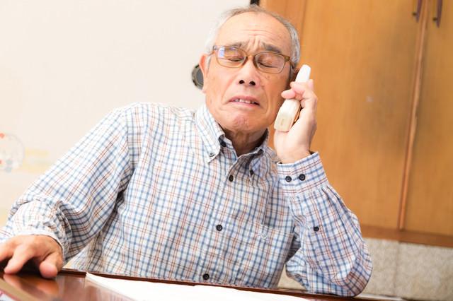 「悲報、電話越しで怒鳴られる高齢者」のフリー写真素材