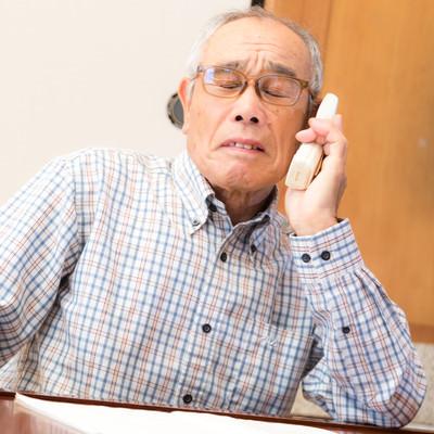 悲報、電話越しで怒鳴られる高齢者の写真