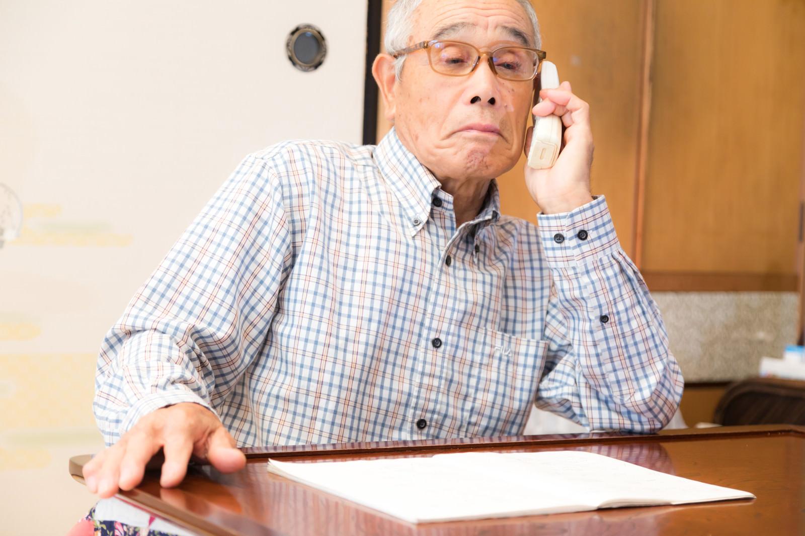 「息子を装った電話に出てしまう高齢者」の写真[モデル:まーちゃん]