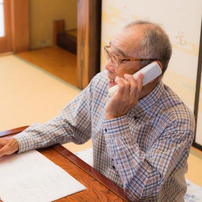 嬉しそうに電話するじっちゃんの写真
