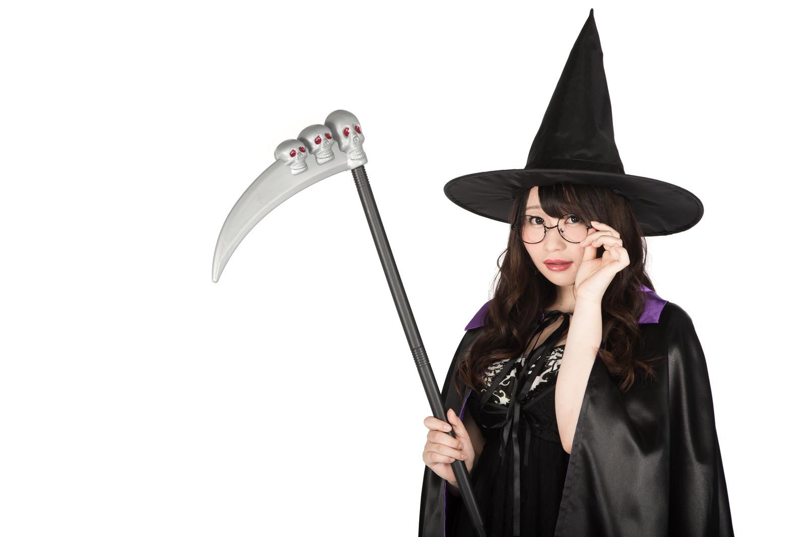 「死神の鎌を持った眼鏡魔女(ハロウィンコスプレ)」の写真[モデル:茜さや]