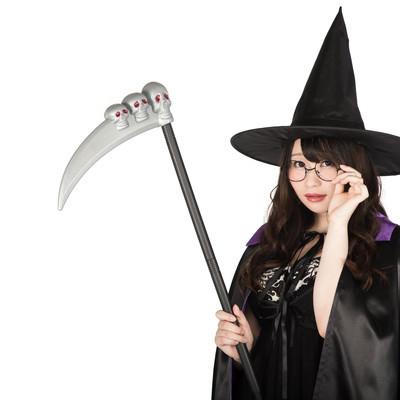 「死神の鎌を持った眼鏡魔女(ハロウィンコスプレ)」の写真素材