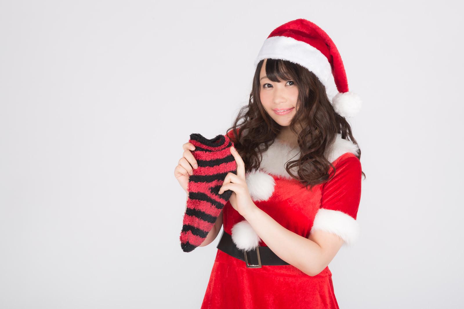 「クリスマスソックスと女性サンタ」の写真[モデル:茜さや]