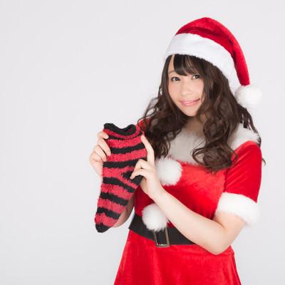 クリスマスソックスと女性サンタの写真