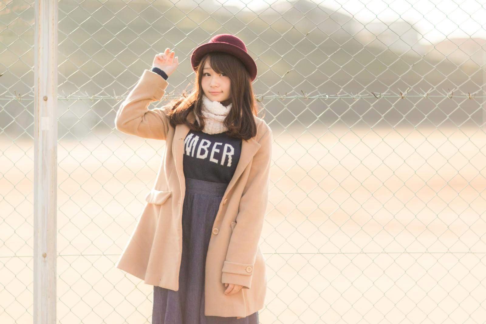 「球場のフェンスとコートを着た美女球場のフェンスとコートを着た美女」[モデル:茜さや]のフリー写真素材を拡大