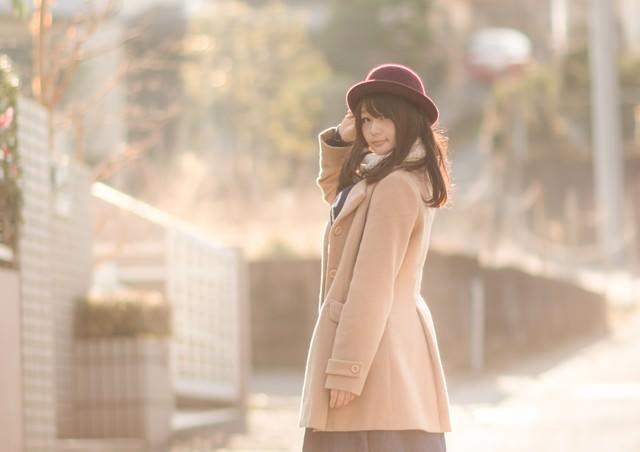 コートを着た見返り美人の写真