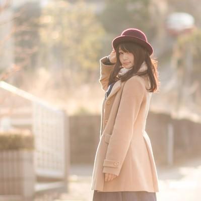 「コートを着た見返り美人」の写真素材