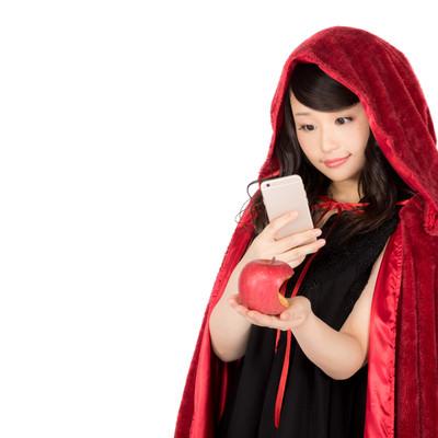 毒リンゴのインスタ映えに熱心な仮装美女の写真