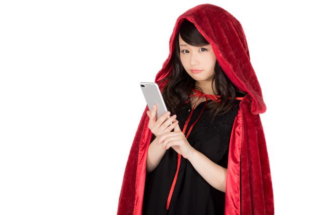 赤いもこもこマントに仮装した美女の写真