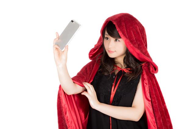 自撮りするハロウィン仮装女子の写真