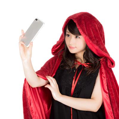 「自撮りするハロウィン仮装女子」の写真素材
