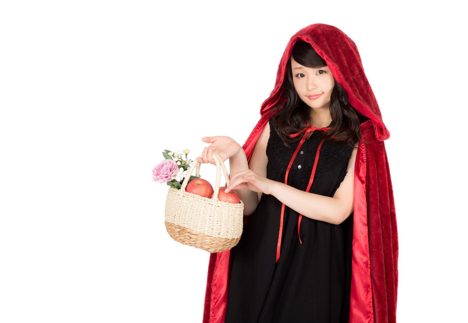 「林檎が入ったバケットを持つ仮装美女」の写真[モデル:茜さや]