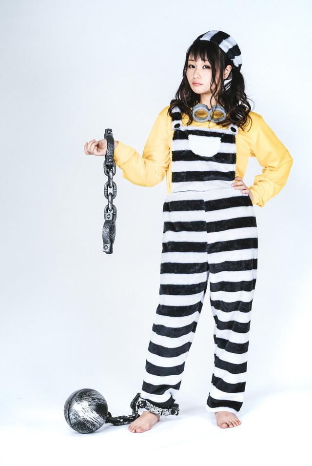 足かせと手錠をつけた囚人風女子の写真
