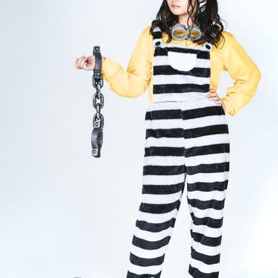 「足かせと手錠をつけた囚人風女子」の写真素材