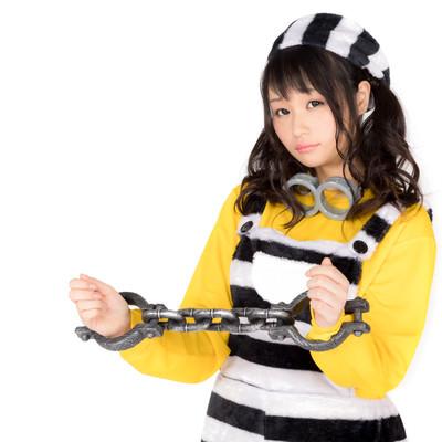 両手を拘束された囚人美女(ハロウィン仮装)の写真