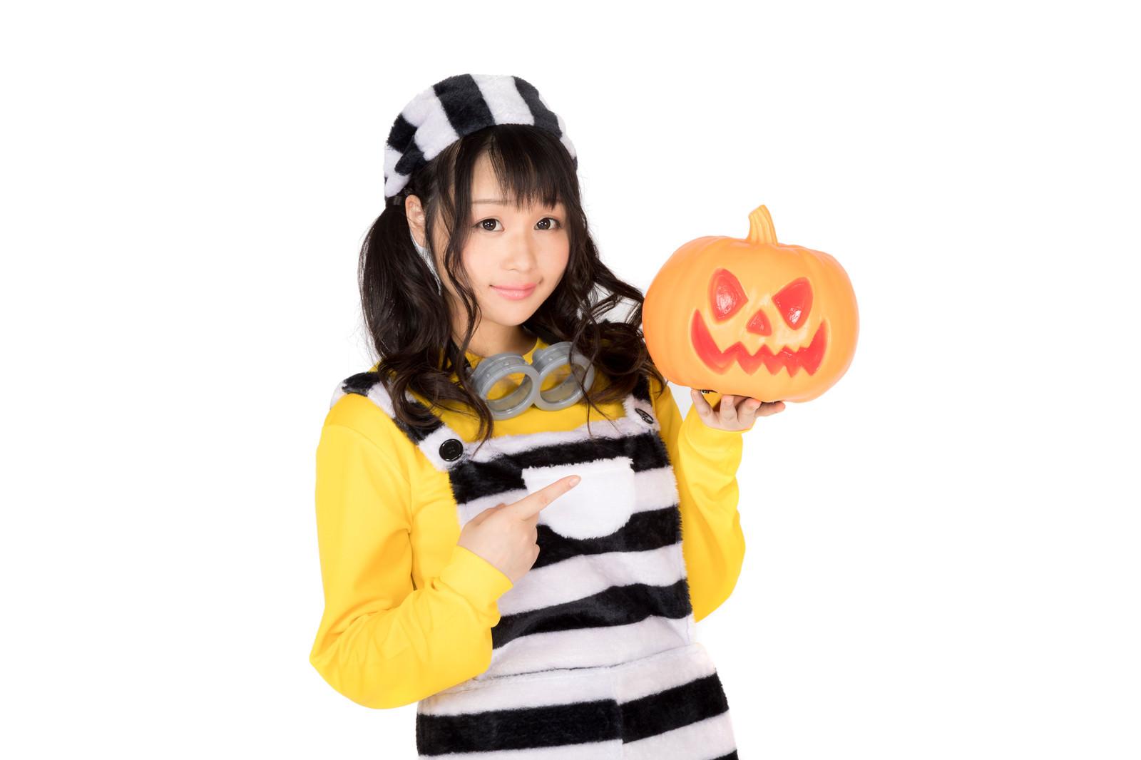 「ハロウィンと言えば仮装とかぼちゃのお化けだよね」の写真[モデル:茜さや]