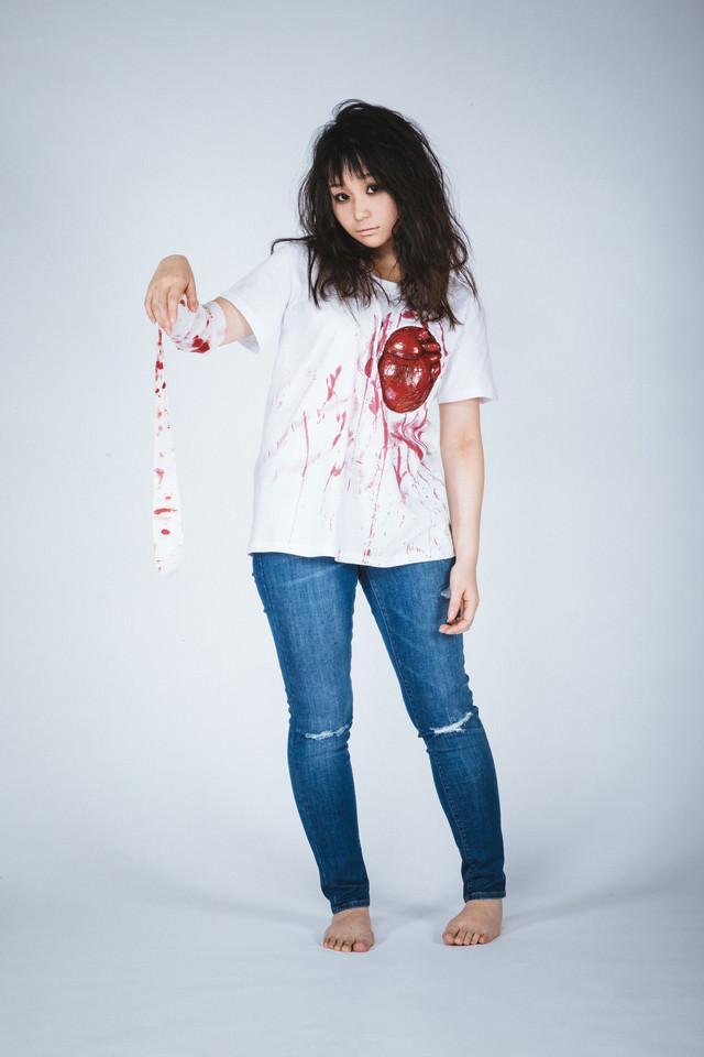 心臓シャツを着てゾンビメイクをしたハロウィン女子の写真