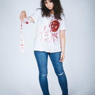 「心臓シャツを着てゾンビメイクをしたハロウィン女子」の写真素材